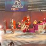 Kamil Bazelak i Piotr Dybus wwożą Dodę na saniach na lodowisko programi Gwiazdy tancza na lodzie