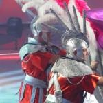 Kamil Bazelak i Piotr Dybus wwożą Dodę na saniach na lodowisko programi Gwiazdy tancza na lodzie (3)