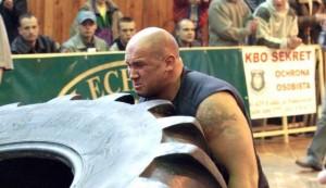 Kamil Bazelak zmaga się z 340kg oponą