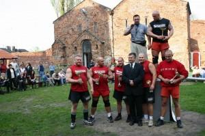 Od lewej Adam Małż,Sebastian Sudy,burmistrz Krzysztof Lipiński,Piotr Noga,Tomasz Perek.Na górze stoją prezes Szymczak i Artur Walczak