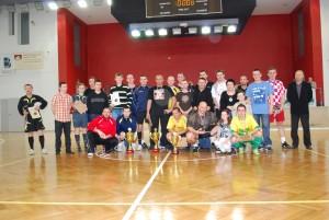 Zdjęcie grupowe uczestników i organizatorów turnieju. Na zdjęciu znajduje się również Karolinka Zubert