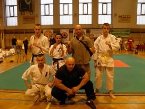 Sensei Robert Musierowicz ( 1 Dan) i Sempai Kamil Bazelak (1 kyu) ze swoimi zawodnikami
