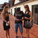 Mamed Chalidow podpisuje autografy fankom