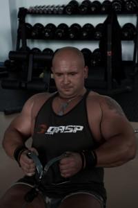 Kamil Bazelak na trening siłowym