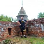 Kamil Bazelak na ruinach Zamku w Pilicy