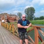 Kamil Bazelak na ruinach Zamku w Besiekierach