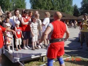 Kamil Bazelak pokazy strongman w Kawęczynie