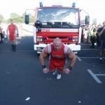 Kamil Bazelak ciągnie 20 tonowy wóz strażacki na pokazach strongman pod Carrefour w Krakowie (2)