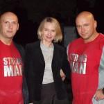 Kamil Bazelak i Piotr Dybus z jedną z fanek na pokazach strongman w ZOO we Wrocławiu (2)