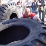 Kamil Bazelak przerzuca 360kg oponę na pokazach strongman dla MPK w Łodzi