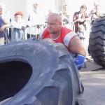 Kamil Bazelak przerzuca 360kg oponę na pokazach strongman dla MPK w Łodzi (2)
