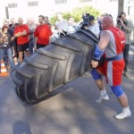 Kamil Bazelak przerzuca 360kg oponę na pokazach strongman dla MPK w Łodzi (3)