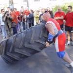 Kamil Bazelak przerzuca 360kg oponę na pokazach strongman dla MPK w Łodzi (4)