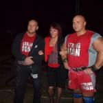 Piotr Ares Dybus i Kamil Vanderlei Bazelak z jedną z fanek na pokazach strongman w ZOO we Wrocławiu