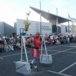 Robert Szczpeański z yokiem na pokazach strongman pod Carrefour w Krakowie