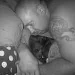 Kamil Bazelak miażdży swojego psa podczas drzemki