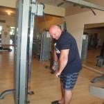Kamil Bazelak trenuje na siłowni w Triton Sea Beach w Marsa Alam (6)