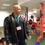 Kamil Bazelak na siłowni w Puławach