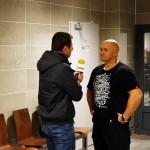 Kamil Bazelak podczas wywiadu