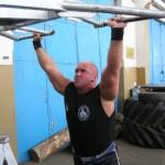 Kamil Bazelak wyciska na barki na treningu w Gnieźnie
