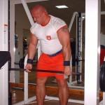 Kamil Bazelak na siłowni