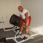 Kamil Bazelak na treningu na siłowni