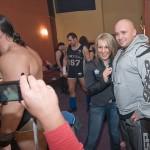 Kamil Bazelak z fanką wrestlingu (3)