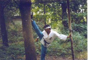 Kamil Bazelak (16 lat) na treningu karate w lesie
