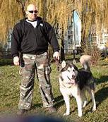 Kamil Bazelak i jego pies Rocky