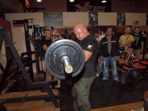 Kamil Bazelak robi bicepsy na sztandze prostej