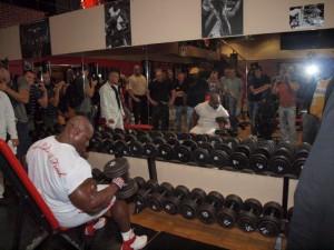 Ronnie Coleman rozgrzewa 60cm bicepsy