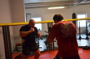 Kamil Bazelak podczas treningu w klatce
