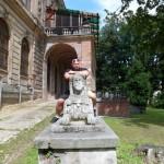 Kamil Bazelak na Sfinksie przy Pałacu Padniewskich w Pilicy