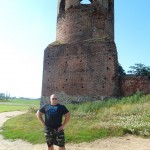 Kamil Bazelak na ruinach Zamku w Kole