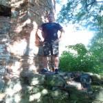 Kamil Bazelak na ruinach Zamku w Wyszynie
