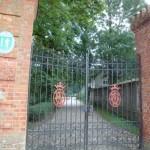 Brama prowadząca do parku, gdzie znajduje się Zamek w Oporowie