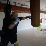 Kamil Bazelak trenuje na worku w klubie Action