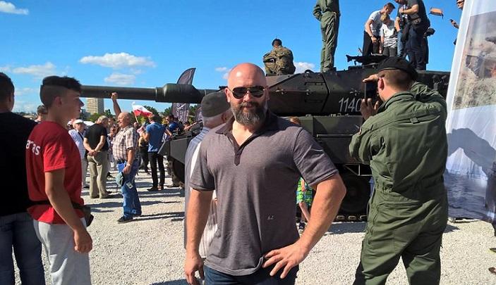Kamil Bazelak na pikniku wojskowym